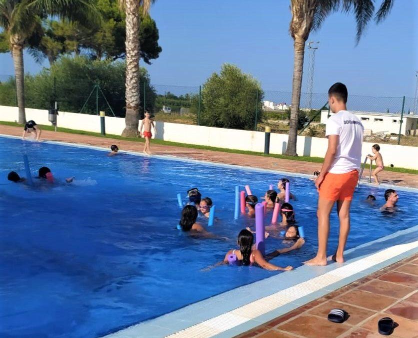 Els jocs aquàtics animen les vesprades de la piscina